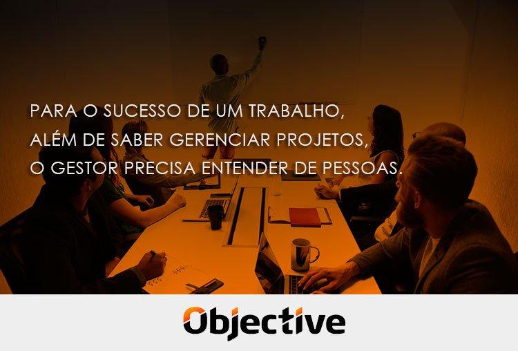"""Imagem de pessoas em uma reunião e a escrita """" Para o sucesso de um trabalho, além de saber gerenciar projetos, o gestor precisa entender de pessoas."""""""