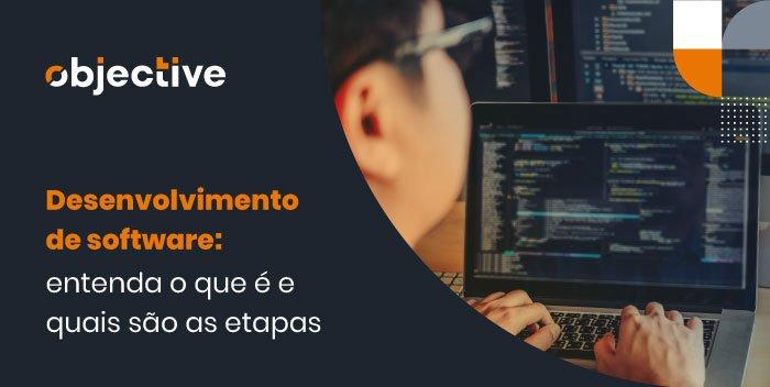 """Pessoa utilizando um computador e ao lado a escrita """"Desenvolvimento de software: entenda o que é e quais as etapas"""""""
