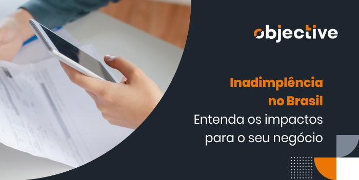 """imagem de uma mão segurando um celular e outra segurando um papel. Ao lado destaque para a frase """"inadimplência no Brasil: Entenda os impactos para o seu negócio"""""""