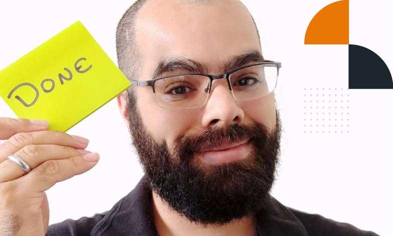 """Consultor Ágil Diogo Barbosa com um post-it escrito """"Done"""""""