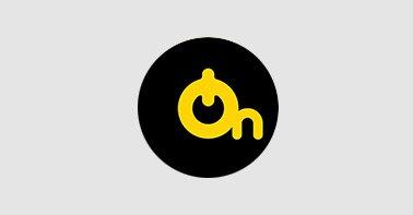 Logo On Telecom nas cores preto e amarelo em um fundo cinza