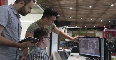 Grupo observando tela de computador