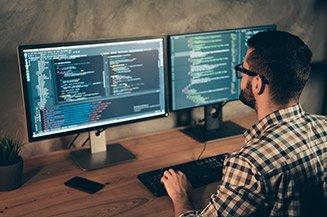 Homem utilizando computador