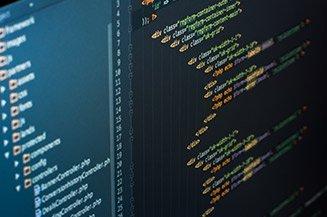 Zoom em tela de computador com código de desenvolvimento de software