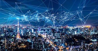 Imagem de cidade com linhas simbolizando a conectividade e telecomunicações