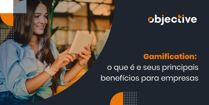 """Imagem de uma mulher segurando um tablet e a frase ao lado """"gamification: o que é e seus principais benefícios para empresas"""""""