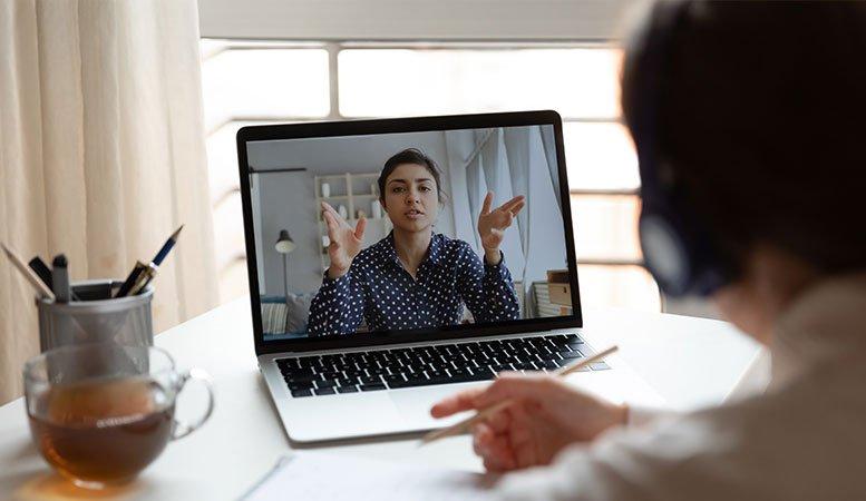 Pessoa assistindo treinamento online