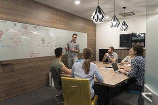 Equipe recebendo treinamento in company de desenvolvimento e metodologias ágeis